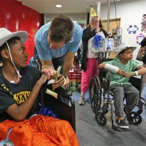 Garth Brooks dedicates child play zone at Indianahospital