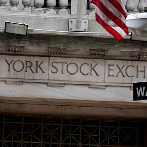 US stocks fall as economy grows at meager pace