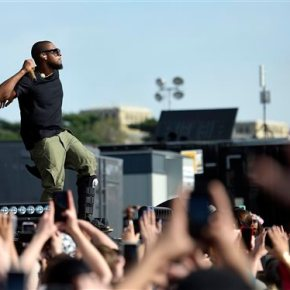 Gwen Stefani, Usher perform for thousands at Earth Dayrally