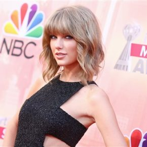 Taylor Swift Wins Artist of the Year at iHeartRadioAwards