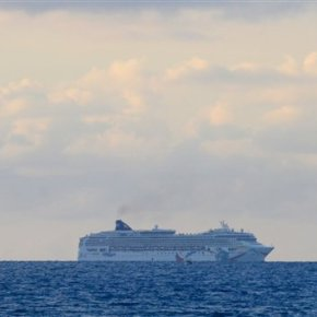 Experts inspect cruise ship freed from reef off Bermuda