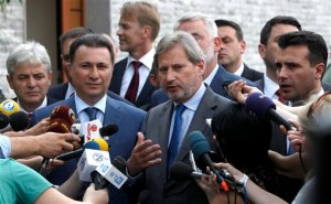 EU commissioner for Neighborhood Policy & Enlargement Negotiations Johannes Hahn, center, talks for the media in presence of the leader of Macedonian opposition Social Democrats Zoran Zaev, right, Macedonian Prime Minister and leader of the VMRO-DPMNE conservative party Nikola Gruevski, second from left, the leader of the Democratic Union for Integrations Ali Ahmeti, left and the leader of the Democratic Party of the Albanians Menduh Thaci, center rear, after their meeting at the EU Ambassador's residence in Skopje, Macedonia, on Tuesday, June 2, 2015. Macedonia should hold early elections by the end of April next year, EU commissioner Hahn said after the talks with Macedonia's four top political leaders in Skopje on Tuesday.  (AP Photo/Boris Grdanoski)
