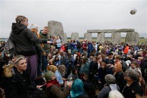 Thousands at Stonehenge mark summersolstice