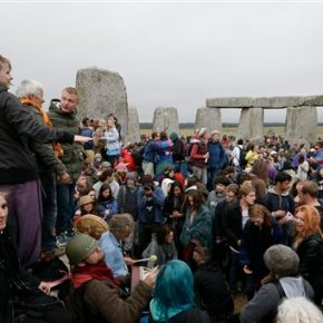 Thousands at Stonehenge mark summer solstice