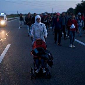 Hundreds surge past police near Hungary border, marchnorth
