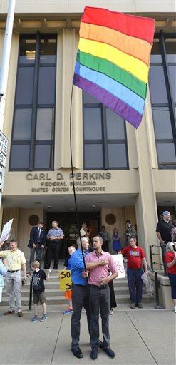 Judge orders defiant Kentucky clerk tojail