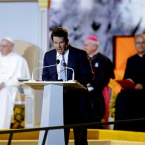 Mark Wahlberg gets in a 'Ted' joke while emceeing forpope