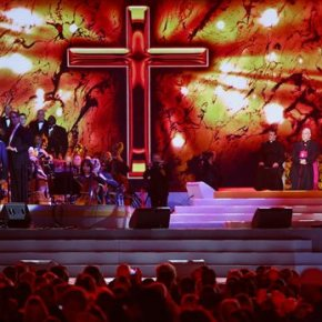 Pope Francis shares stage with Queen of Soul,Bocelli