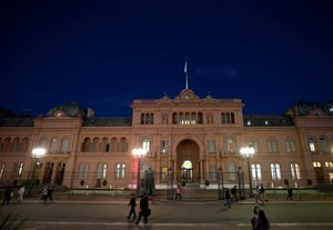People walk in front the government house in Buenos Aires, Argentina, Tuesday, Oct. 20, 2015.  Argentina will hold its first round presidential elections on Oct. 25. To win, a candidate must get at least 45 percent of the votes, or 40 percent and a 10 percent spread over the nearest competitor. If not, there will be a runoff between top two candidates on Nov. 22. (AP Photo/Natacha Pisarenko)