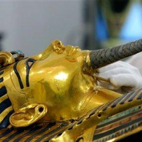 Egypt fixing Tutankhamun mask after botched epoxyrepair
