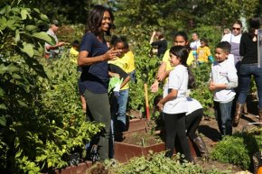 Students help first lady harvest White Housegarden