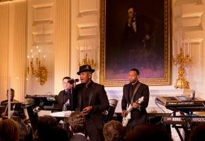American R&B singer and songwriter Ne-Yo, center, performs during a State Dinner reception in honor of Chinese President Xi Jinping, in the State Dining Room of the White House in Washington, Friday, Sept. 25, 2015.  (AP Photo/Manuel Balce Ceneta)