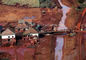 Hungarian court acquits 15 charged in 2010 sludge flood case