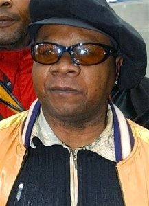 """FILE - In this file photo dated Tuesday, Nov. 17, 2004, Congolese pop star Papa Wemba is hoisted by supporters as he leaves the courthouse in Bobigny near Paris Tuesday, Nov. 17, 2004.  Wemba, known around the world as """"the king of Congolese rumba,"""" died aged 66, on Saturday April 23, 2016, following his collapse on stage during a concert in Ivory Coast. (AP Photo/Remy de la Mauviniere, FILE)"""