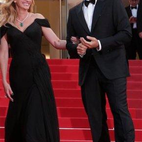 No heels: Julia Roberts walks Cannes red carpetbarefoot