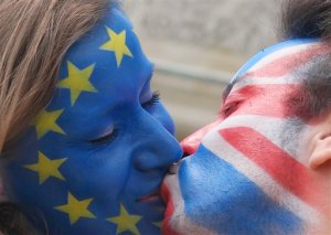 Young people  kiss each other  at Brandenburg Gate in Berlin, Germany, Sunday June 19,  2016 to support the ' Remain'  voters in Britain's referendum.  The campaign in the referendum over Britain's future in the European Union is about to resume full throttle after being on hold due to the killing of a popular lawmaker.  British voters head to the polls on Thursday to decide if the country should stay in the European Union or leave it.  (Joerg Carstensen/dpa via AP)