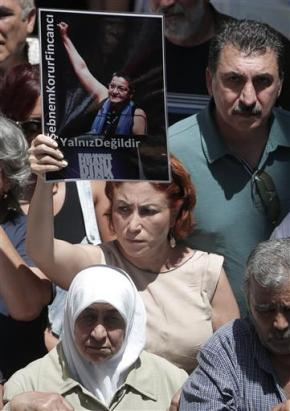 Protest in Turkey after arrest of journalists,academic