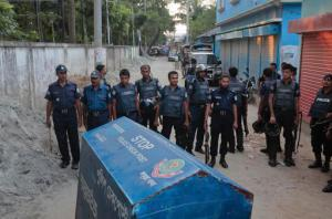 Bangladesh policemen cordon off the area near a two-story house, that they raided in Narayanganj district near Dhaka, Bangladesh, Saturday, Aug.27, 2016. Police in Bangladesh killed three suspected militants Saturday, including an alleged mastermind of a major attack on a cafe last month that left 20 people dead. (AP Photo)