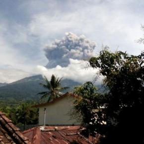 Indonesia evacuates tourists after Mount Barujari eruption