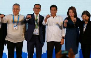 Philippine President Rodrigo Duterte, third from right,  poses with a fist bump with business leaders following his address to ASEAN Business and Investment Summit, a parallel summit in the ongoing 28th and 29th ASEAN Summits and other related summits Tuesday, Sept. 6, 2016 in Vientiane, Laos. (AP Photo/Bullit Marquez)