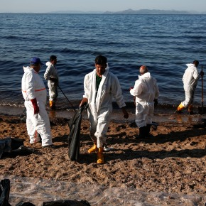 Oil spill forces Greek authorities to close Athens beaches