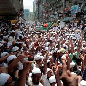 Thousands protest in Bangladesh as Rohingya fleeMyanmar