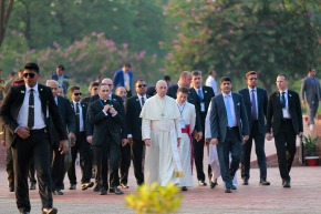 Pope to greet Rohingya refugees at Bangladesh peace prayer